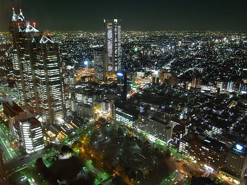 Tokyo by night (Credits DORONKO on Flickr)