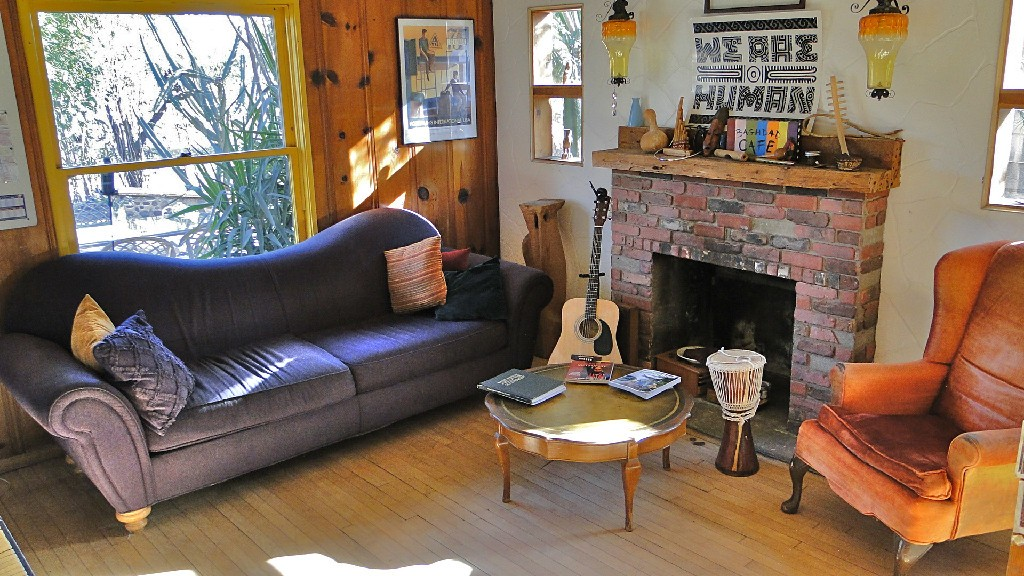 The cosy, comfortable lounge and music room at HI Phoenix - The Metcalf house, USA.